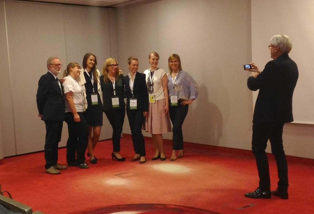 Doktor Agnieszka Mielczarek (w środku) z uczestnikami wykładu